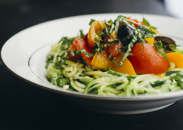 how to cook zucchini noodles with tomato sauce